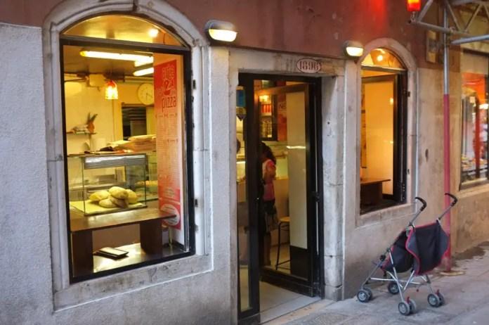 comer pasta en venecia