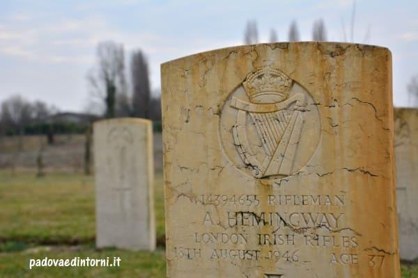 Padua War Cemetery - dettaglio lapide Hemingway ©RobertaZago - padovaedintorni.it