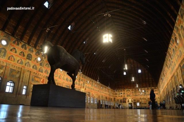 Visite Palazzo della Ragione a Padova - interno cavallo ligneo ©Robert Zago padovaedintorni.it