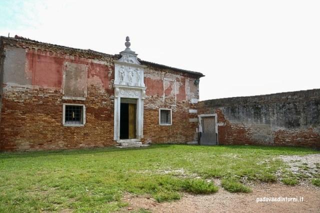 Lazzaretto vecchio Venezia - cortile ©RobertaZago padovaedintorni.it