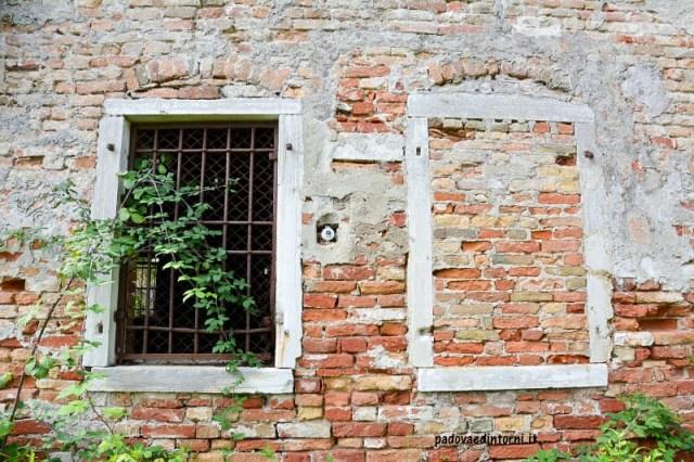 Lazzaretto vecchio Venezia - esterno con finestra ©RobertaZago padovaedintorni.it
