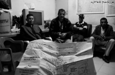 Sin conocer el país, este mapa es la única guía que tienen para poder encontrar las casas para migrantes que se encuentran a lo largo de la ruta que los lleva a la frontera con Estados Unidos.