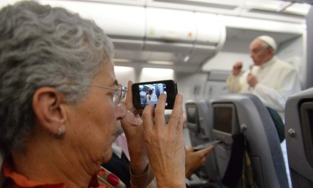 O Papa à solta no avião