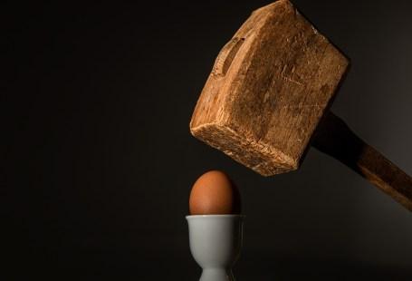 Hammer trifft Ei