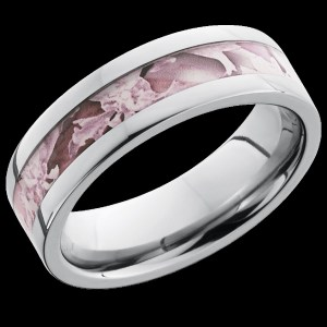 Ladies 6 mm wide, flat, Titanium band with one 3 mm centered inlay of King's Pink Camo with a polish finis