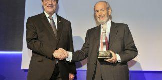 Φώτο: Ο Μιχαλάκης Λεπτός παραλαμβάνει το τιμητικό βραβείο από τον ΠτΔ κο Νίκο Αναστασιάδη