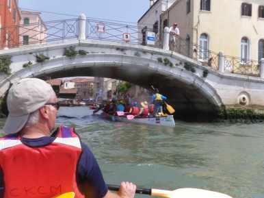 on passe sous le pont du rio de St trovaso, avec le marchand de glaces NICO à droite