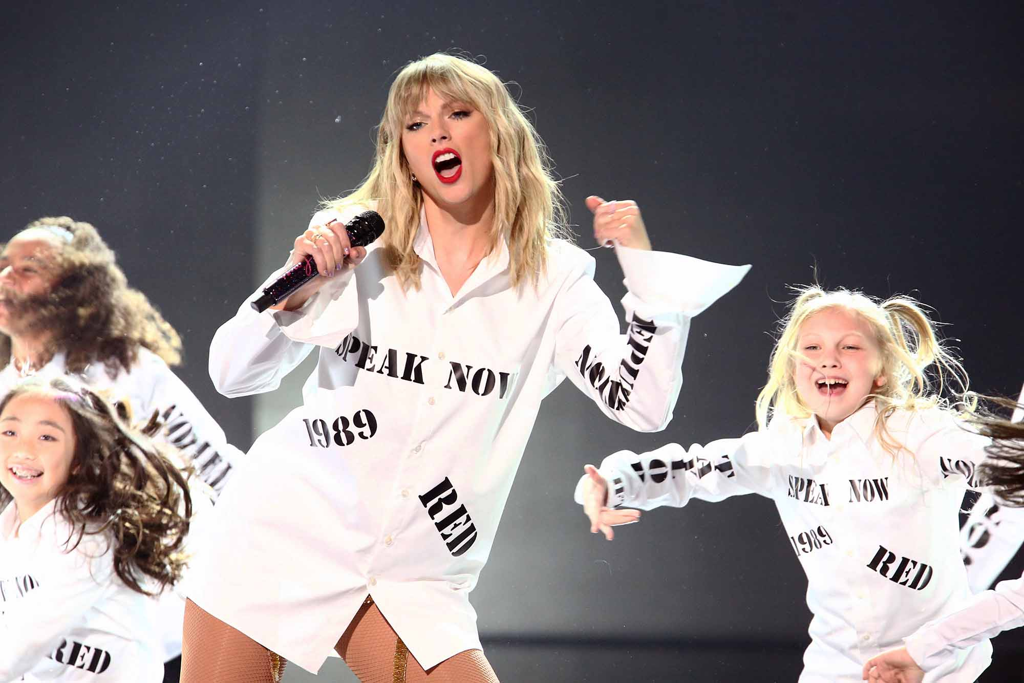 Taylor Swift Sends A Message With 2019 Amas Performance Shirt
