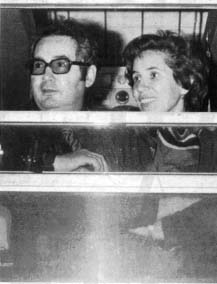 Photo de Serge et Beate Klarsfeld, � la vitre d'un train.