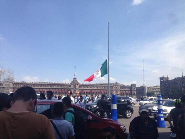 earthquakes in mexico city zocalo flag