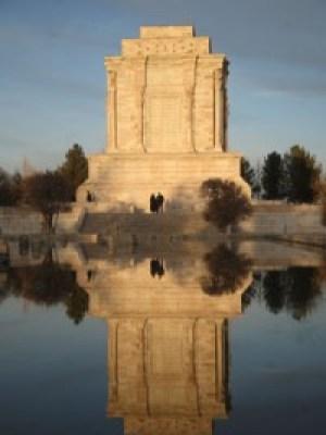 Dos vistas del mausoleo de Ferdosí