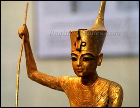 Estatua de Tutankamon, despedazada tras el saqueo y restaurada.©F. Carrión