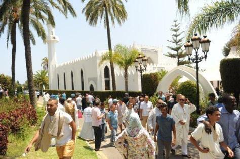Fieles a la salida de la mezquita situada en la Milla de Oro tras el rezo del viernes  Josele-Lanza