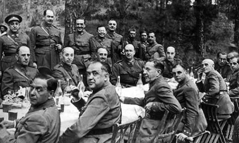 Una comida en Canarias. En este encuentro, celebrado en Tenerife en 1936, se ultimaron los detalles del alzamiento. En el centro puede distinguirse a Francisco Franco