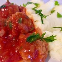 Chifteluțe cu piure de cartofi și sos de roșii