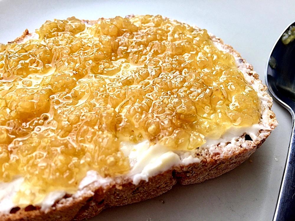 Dulceață din flori de soc pe pâine prăjită