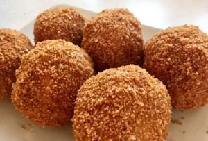Găluște delicioase umplute cu caise tăvălite prin pesmet prăjit