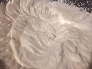 Frișcă și lapte condensat pentru rețeta de înghețată cu frișcă și biscuiți