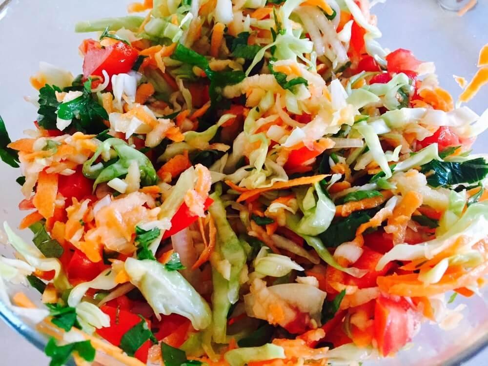 Salată de legume crude hrănitoare