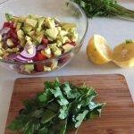 Ingrediente pentru salată vegetariană cu paste integrale, fasole boabe și avocado