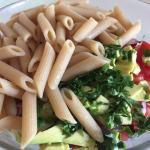 Ingrediente tocate pentru salată vegetariană cu paste integrale, fasole boabe și avocado