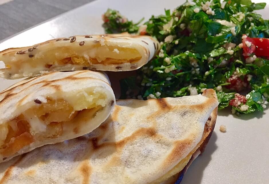 Quesadilla vegetală cu cartofi și salată