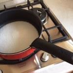 Zahăr în tavă la caramelizat pentru tort cu mere și cremă de zahăr ars