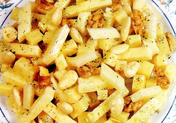 Salată de brânzeturi cu nuci şi migdale