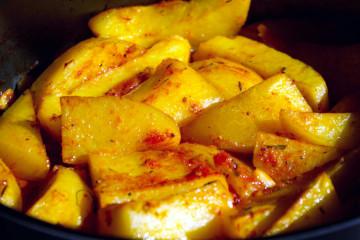 Cartofi la cuptor cu usturoi şi sos de roşii