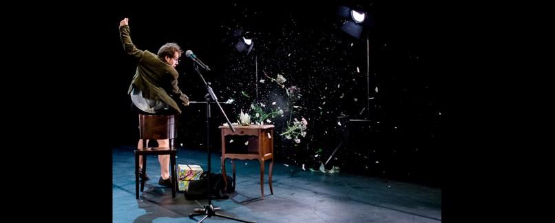 Ricardo Gaiser da Cia francesa Cie Two no espetáculo Finding no Mans Land que retrata a padronização de nossas vidas, cheias de amor e desencontros./ Divulgação.