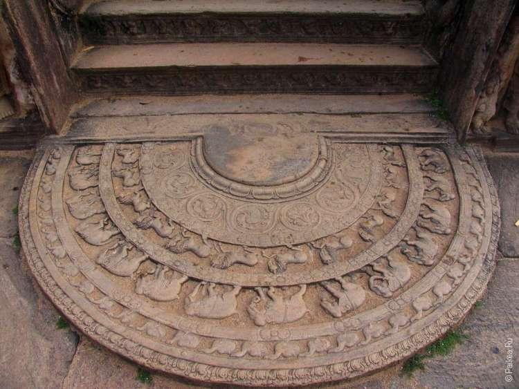 Лунный камень в Полоннаруве