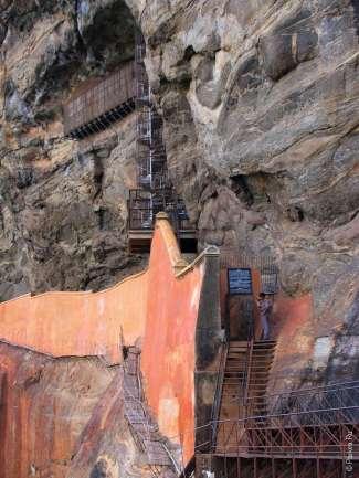 Подъем на Сигирию по виновой лестнице