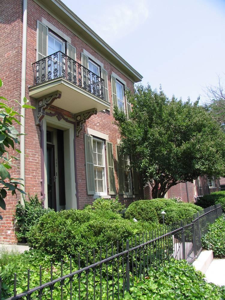 Индианаполис красивый дом с балконом