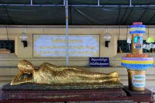 К статуе Будды паломники прикрепляют тонкие листки золота / Phra Pathom Chedi, Nakhon Pathom, Thailand