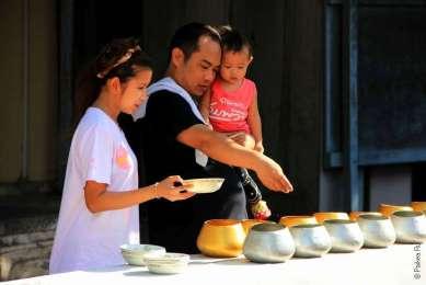 Загадывают желания, Пхра Патом чеди в городе Накхон Патхом, Таиланд / Phra Pathom Chedi, Nakhon Pathom, Thailand