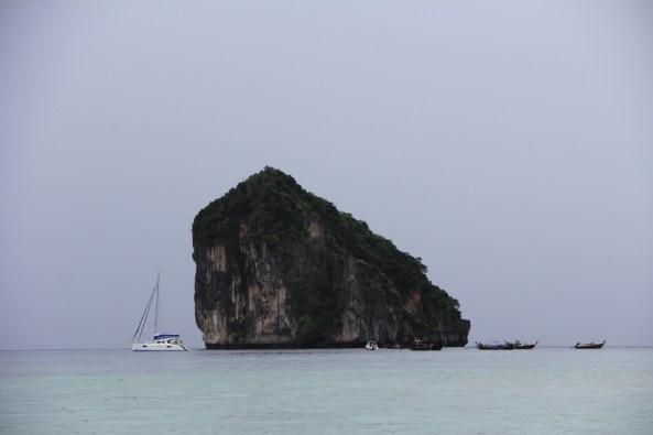 Скала в Андаманском море краби