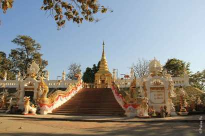 Золотая ступа и святыня храма Ват Пратат Вай Дао