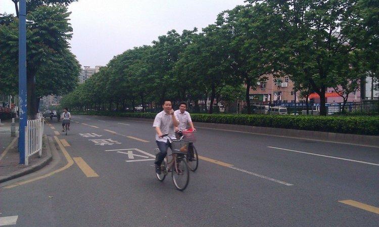 велосипедисты на дороге в китае