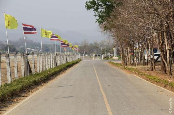 дорога в аэропорт с флагами