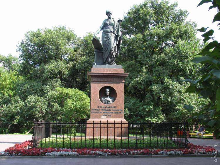 Памятник Карамзину в городе Ульяновск
