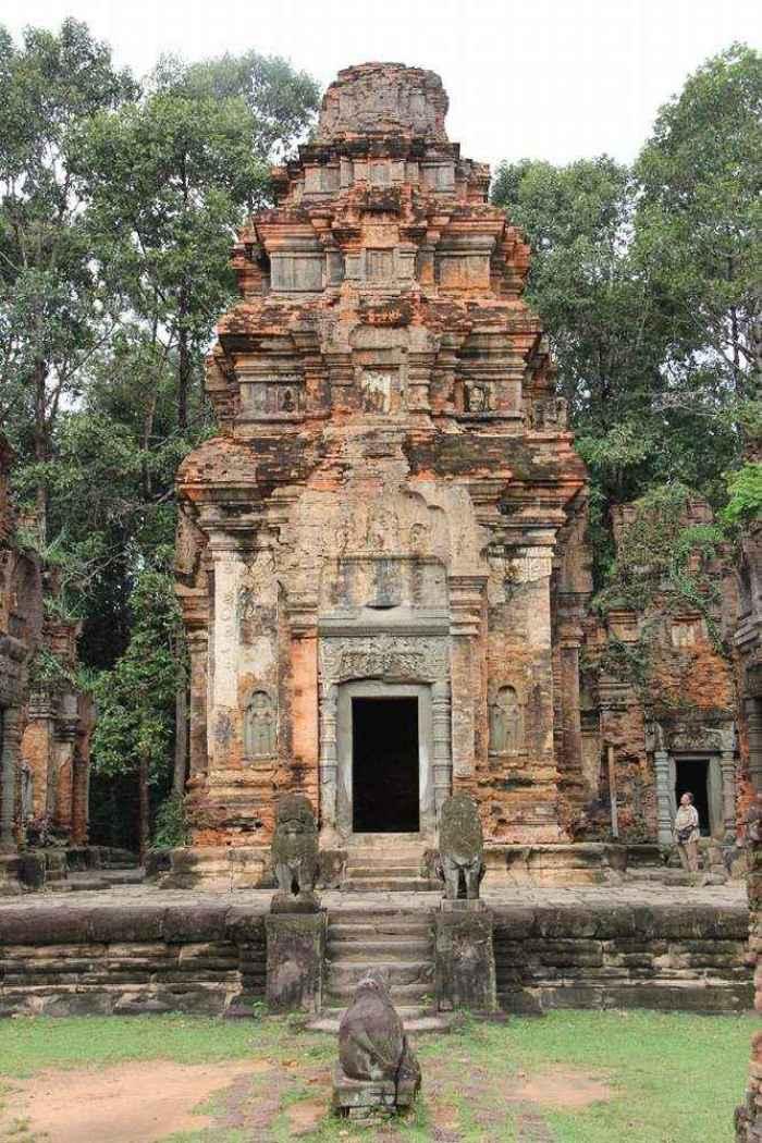 На древнем основании построен храм из мелкого кирпича. Картина, характерная для Шри_ланки