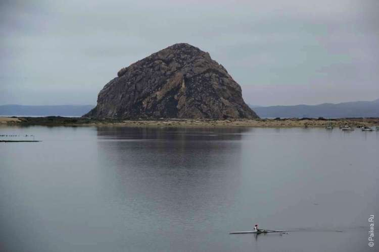 Лодка плывет у Скалы Морро