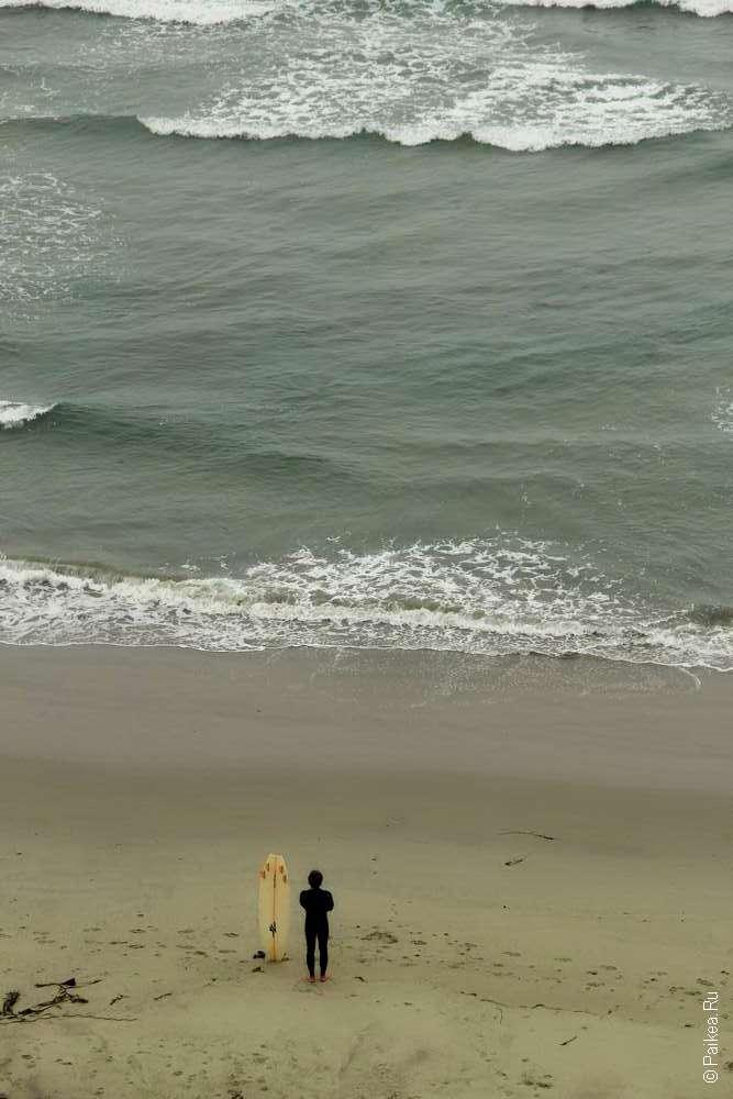 Серфингист у берега океана