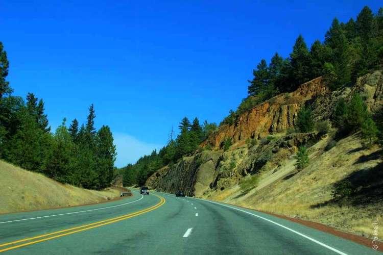 Дорого мимо разноцветных холмов