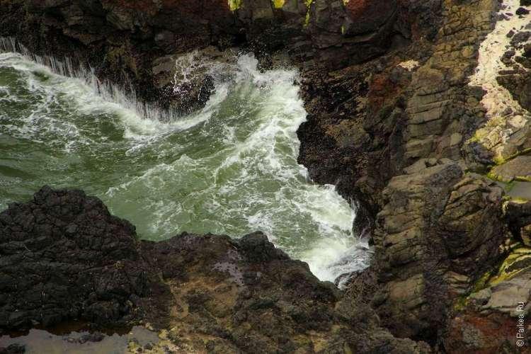 Небольшой заливчик у каменного берега
