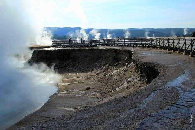 Деревянная дорожка к геотермальному источнику