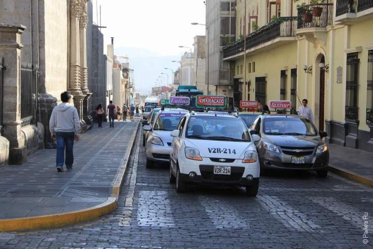Вереница из такси в Арекипе