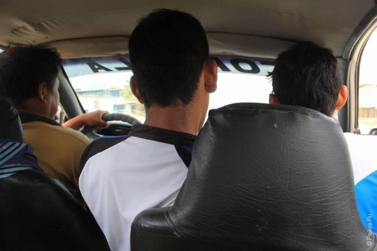 На переднем сидении умещаются два человека (не считая водителя!)