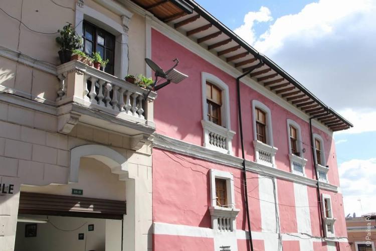 дом с розовыми стенами