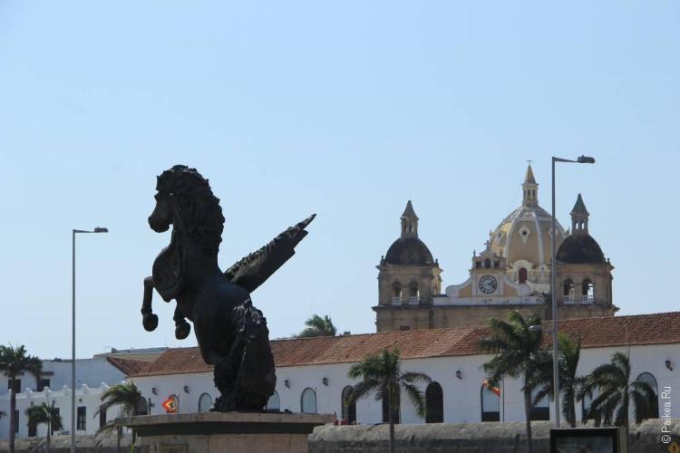 Скульптура конь с крыльями в Картахене